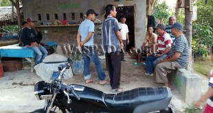 Sejumlah warga yang menjadi korban berkumpul membicarakan masalah pengutipan biaya surat tanah prona di Desa Teluk, Kecamatan Secanggang, Kabupaten Langkat.(WOL Photo/Gacok)