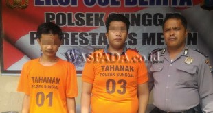 Petugas Sabhara Polsek Medan Sunggal menginterogasi dua tersangka pelaku kejahatan modus baru. (WOL Photo/Gacok)
