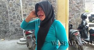 Seorang janda bernama Siti Fatimah alias Siti (42) asal Pangkalan Brandan korban perampokan menangis sambil menghubungi kerabatnya via telepon seluler. (WOL Photo/Gacok)