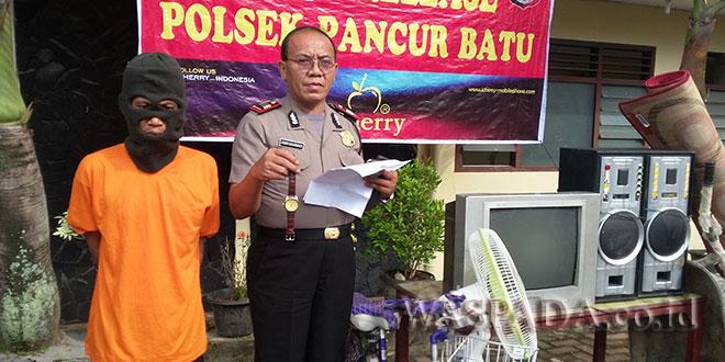AKP Joner Banjarnahor SH Introgasi tersangka.(WOL. Photo/Gacok)