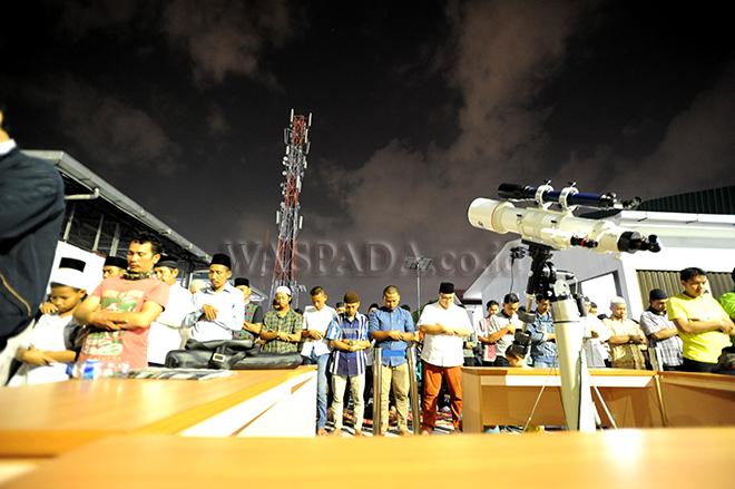 "Warga melaksakan shalat Gerhana yang diselenggarakan Observatorium Ilmu Falak (OIF) Universitas Muhammadiyah Sumatera Utara (UMSU), Medan, Rabu (31/1) Malam. Warga Kota Medan dengan antusias menyaksikan fenomena langka yang terjadi bertepatan saat bulan berada dalam konfigurasi ""supermoon"", ""blood moon"" dan ""blue moon"" ini terjadi sekitar dalam kurun waktu 150 tahun sekali. (WOL Photo/Ega Ibra)"