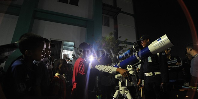 "Warga antre melihat proses Gerhana Bulan melalui teleskop yang disediakan oleh Observatorium Ilmu Falak (OIF) Universitas Muhammadiyah Sumatera Utara (UMSU), Medan, Rabu (31/1) Malam. Warga Kota Medan dengan antusias menyaksikan fenomena langka yang terjadi bertepatan saat bulan berada dalam konfigurasi ""supermoon"", ""blood moon"" dan ""blue moon"" ini terjadi sekitar dalam kurun waktu 150 tahun sekali. (WOL Photo/Ega Ibra)"