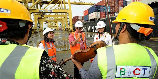 GM Belawan International Container Terminal (BICT) PT Pelindo I, Aris Zulkarnain (tengah) didampingi ACS Humas, Fiona Sari Utami (kiri) menghibur nahkoda kapal YM Harmony Voyage 284 E, Capt Wang Sheng (kanan) setibanya di dermaga BICT milik PT Pelindo I, Medan, Senin (1/1).  Kapal YM Harmony Voyage 284 E berbendera Taiwan yang mengangkut berbagai kontainer tersebut merupakan kapal perdana yang bersandar di Belawan pada tahun 2018. (WOL Photo/Ega Ibra)