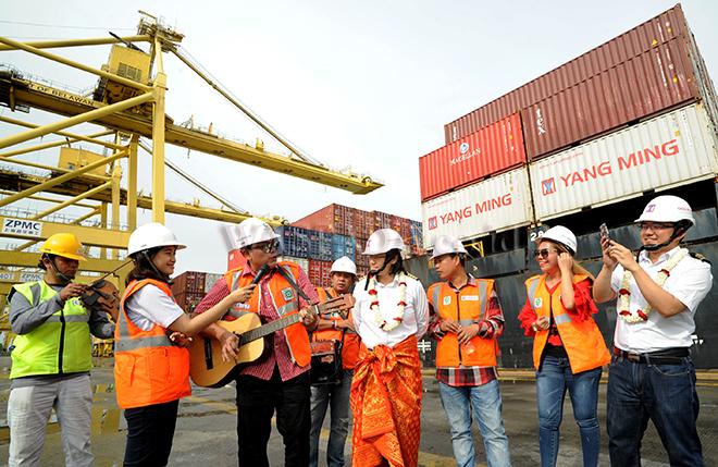 GM Belawan International Container Terminal (BICT) PT Pelindo I, Aris Zulkarnain (ketiga kiri) didampingi ACS Humas Fiona Sari Utami (kedua kiri) dan Asisten Manajer Pemasaran dan Pelayanan Pelanggan Soraya Yohana Siahaan (kedua kanan) menghibur nahkoda kapal YM Harmony Voyage 284 E, Capt Wang Sheng (keempat kanan) setibanya di dermaga BICT milik PT Pelindo I, Medan, Senin (1/1).  Kapal YM Harmony Voyage 284 E berbendera Taiwan yang mengangkut berbagai kontainer tersebut merupakan kapal perdana yang bersandar di Belawan pada tahun 2018. (WOL Photo/Ega Ibra)