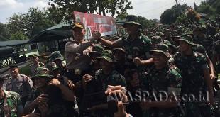Kapolrestabes Medan, Kombes Pol DR Dadang Hartanto SH SIK MSi dan Danyon Zipur I/DD Letkol Czi Riqalman Yudha, salam komando diangkat para prajurit. (WOL. Photo/Gacok)