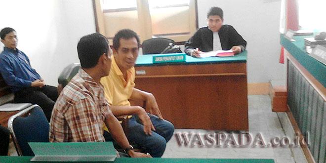 Terdakwa Kitiphob Chiangsi mengenakan baju berwana kuning dan didampingi seorang penerjemah berpaikan baju kotak-kotak. (WOL Photo/Ilham)