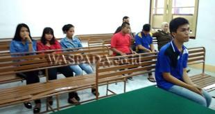 Terdakwa Ando duduk di kursi pesakitan memberi keterangannya serta tepat tiga orang wanita yang duduk dibelakangnya adalah para korban. WOL Photo/Ilham