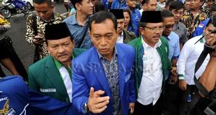 Bakal Calon Gubernur, JR Saragih (kedua kiri) bersama Bakal Calon Wakil Gubernur, Ance Selian (ketiga kiri). (WOL Photo/Ega Ibra)