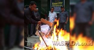 Kader PPP Sumut bakar atribut partai, Rabu (10/1). (Ist)