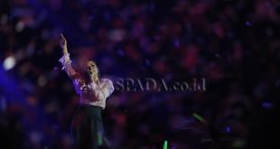 """Penyanyi Raisa menghibur penggemarnya di acara """"Line Konser 2018"""" di Medan, Sabtu (27/1) malam. Line menghadirkan rangkaian konser musik """"Line Concert 2018"""" di Kota Medan yang ditujukan untuk mendekatkan pengguna Line dengan musisi idola mereka. (WOL Photo/Ega Ibra)"""