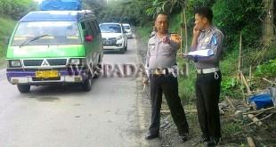 Petugas Lantas Barusjahe turun ke lokasi kejadian kecelakaan maut, Senin (1/1). (WOL Photo/Gacok)