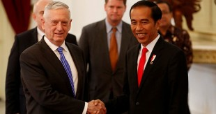 Menteri Pertahanan AS James Norman 'Jim' Mattis bersama Presiden Indonesia Joko Widodo (Foto: Darren Whiteside/Reuters)