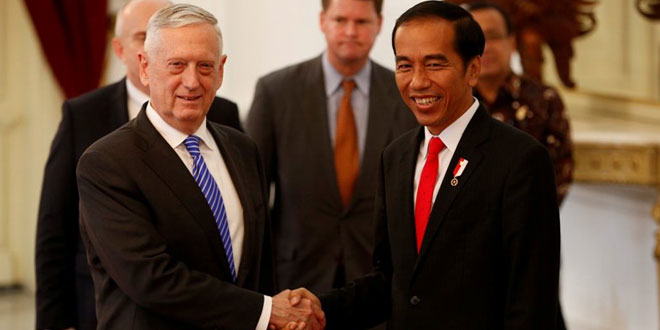 Menteri Pertahanan AS James Norman 'Jim' Mattis bersama Presiden Indonesia Joko Widodo (Foto: Darren Whiteside/Reuters)