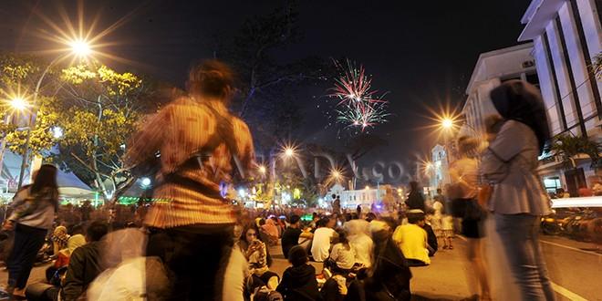 Warga menyaksikan kembang api pada malam pergantian tahun 2017-2018 di sekitar Lapangan Merdeka Medan, Minggu (31/12). Malam pergantian tahun 2017-2018 dimanfaatkan sebagian warga untuk menyaksikan kembang api dari sejumlah kawasan di Kota Medan. (WOL Photo/Ega Ibra)
