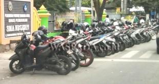 Kendaraan roda dua yang terparkir di depan SMAN 1 Medan Jalan Cik Ditiro, dianggap ganggu kenyamanan warga berlalulintas. (WOL Photo)