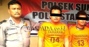 Petugas Sabhara Polsek Medan Sunggal suai mengintrogasi dua tersangka kasus narkoba, Kamis (4/1). (WOL Photo/Gacok)