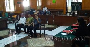 Tampak terdakwa Matius Bangun sedang memegang handphone di persidangan di hadapan majelis hakim dan Jaksa Penuntut Umum (JPU).WOL Photo/ Ilham