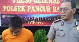 Wakapolsek AKP Jonser Banjarnahor  mengintrogasi tersangka Arbertus Sembiring Depari alias Leo buronan kasus penganiayaan istrinya. (WOL Photo/Gacok)