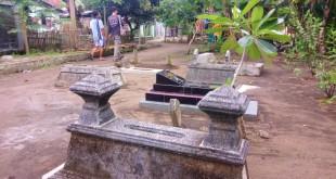 Pencurian tali pocong di makam Cilacap. (Sucipto Cipto/Okezone)
