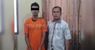Pria keturunan Tamil diduga pengedar narkoba jenis pil ekstasi saat diamankan petugas. (WOL Photo/Gacok)