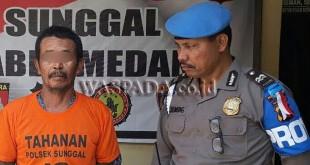 Panit Provost Polsek Medan Sunggal interogasi tersangka pengedar judi togel.(WOL Photo/Gacok)