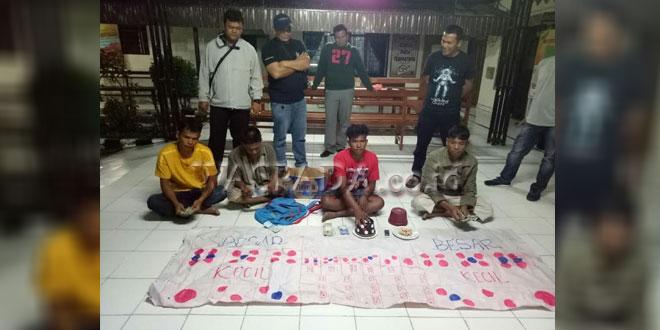 Petugas Reskrim Polres Tanah Karo gulung 4 tersangka pemain judi dadu. (WOL Photo/Gacok)