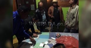 Tim Anti Narkoba Polsekta Berastagi sedang melihat dan mengumpulkan barang bukti narkoba jenis sabu dari tersangka 4 pria dan dua wanita dalam penggerebekan dua lokasi berbeda.(WOL. Photo/Gacok)