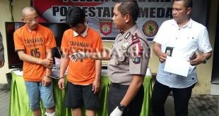 Kapolsek Medan Sunggal, Kompol Wira Prayatna SH SIK MH, didampingi Kanit Reskrim Iptu Budiman Simanjuntak SE SH sedang menginterogasi dua tersangka.(WOL Photo/Gacok)