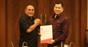 Ketum Perindo Hary Tanoesoedibjo menyerahkan surat dukungan ke Edy Rahmayadi (Foto: Ist)