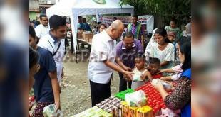 Wali Kota Medan Drs HT Dzulmi Eldin MSI, memberi bantuan berupa makanan tambahan dan sembako kepada 150 keluarga kurang mampu di Medan Selayang. (WOL Photo/Gacok)