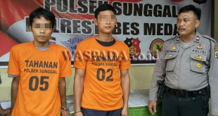 Petugas Sabhara Polsek Medan Sunggal interogasi dua tersangka pemilik sabu. (WOL Photo/Gacok)
