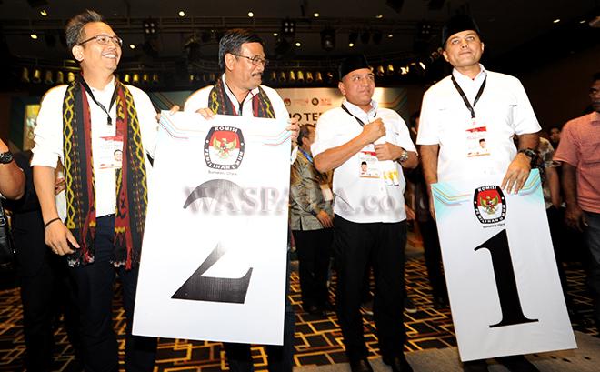 Kedua pasangan Calon Gubernur dan Wakil Gubernur Sumatera Utara, Edy Rahmayadi (kedua kanan) - Musa Rajeckshah  dan (kanan) dan Djarot Saiful Hidayat (kedua kiri) - Sihar Sitorus (kiri) mengangkat nomor urut yang akan digunakan masing masing pasangan usai pengundian, Medan, Selasa (13/2). Edy Rahmayadi - Musa Rajeckshah mendapat nomor urut 1 dan Djarot Saiful Hidayat - Sihar Sitorus mendapat nomor urut 2 pada Pilgubsu 27 Juni 2018. (WOL Photo/Ega Ibra)