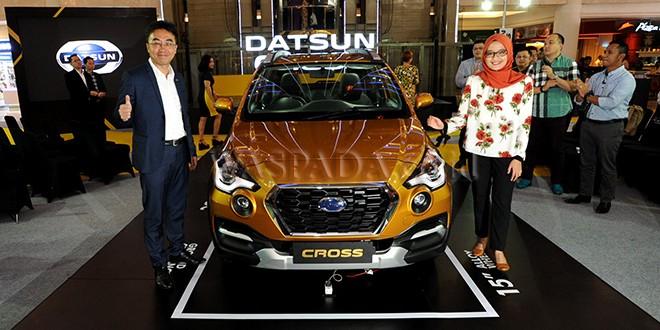 Head of Datsun Indonesia, Masato Nakamura (kiri) dan Head of Communication, PT Nissan Motor Indonesia, Hana Maharani (kanan) memperkenalkan produk Datsun CROSS saat peluncuran, Medan, Rabu (21/2). Datsun Indonesia meluncurkan produk terbarunya Datsun CROSS yang memiliki beragam fitur dan keselamatan canggih. (WOL Photo/Ega Ibra)