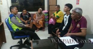 Bhabinkamtibmas Polsek Medan Helvetia, Bripka Chandra M Hasibuan melaksanakan problem solving  kasus penganiayaan di ruang Binmas. (WOL. Photo/Gacok)