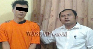 Petugas Polsek Medan Baru introgasi tersangka yang tertangkap pakai sabu di rumah kosong Kampung Kubur Medan. (WOL. Photo/Gacok).