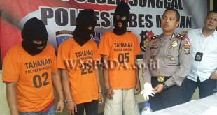 Kapolsek Medan Sunggal, Kompol Wira Prayatna SH SIK MH, didampingi Kanit Reskrim Iptu Budiman Simanjuntak SE SH, sedang menginterogasi para tersangka sindikat curanmor.(WOL. Photo/Gacok)