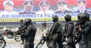 Personel kepolisian bersiap mengamankan aksi unjuk rasa pada simulasi Sispam Kota Pilkada Serentak 2018, di Lanud Suwondo Medan, Kamis (8/2). Simulasi digelar untuk melatih kesiapan prajurit TNI-Polri pada pengamanan pilkada serentak 2018 di Kota Medan. (WOL Photo/Ega Ibra)