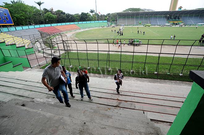 Tim verifikator PT Liga Indonesia Baru (PT LIB) memeriksa kelayakan fasilitas Stadion Teladan Medan, Selasa (26/2). Tim verifikator menyatakan bahwa stadion Teladan layak menggelar Liga 1 musim 2018. (WOL Photo/Ega Ibra)