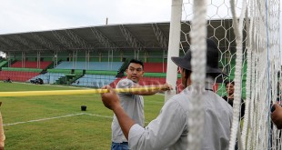 Tim verifikator PT Liga Indonesia Baru (PT LIB) mengukur lebar gawang saat mengverifikasi Stadion Teladan Medan, Selasa (26/2). Tim verifikator menyatakan bahwa stadion Teladan layak menggelar Liga 1 musim 2018. (WOL Photo/Ega Ibra)