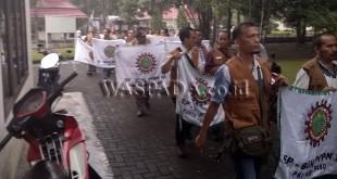 Buruh demo kantor PTPN III Jalan Sei Barang Hari, Medan Sunggal. (WOL Photo/Gacok)