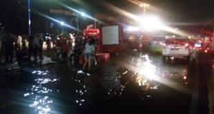 Kali Ciliwung meluap, jalan di Kampung Melayu macet total (Foto: Taufik Fajar)