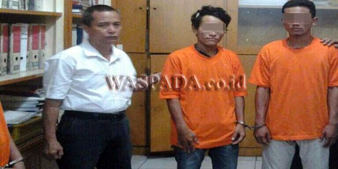 Petugas Reskrim Polsek Medan Baru menginterogasi tersangka pencuri barang dalam mobil modus pecah kaca. (WOL Photo/Gacok)
