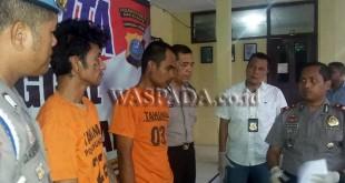 Kapolsek Medan Sunggal Kompol Wira Prayatna SH SIK MH, didampingi Kanit Reskrim Iptu Budiman Simanjuntak SE SH, interogasi tersangka. (WOL Photo/gacok)