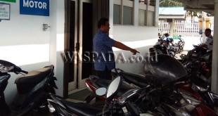 Korban Zaman Karya menunjukkan sepeda motornya, Jumat (9/2).