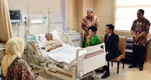 Panglima TNI Hadi Tjahjanto menjenguk KH Salahuddin Wahid di RSPON. Foto dok Puspen TNI