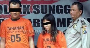 """Petugas Sabhara Polsek Medan Sunggal sedang menginterogasi tersangka bukan suami istri yang """"tertangkul"""" di hotel miliki sabu.(WOL Photo/Gacok)"""