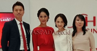 Artis ibukota, Prisia Nasution (dua kiri) diabadikan bersama Marketing Manager PT Shiseido Cosmetics Indonesia Mariana Tjahyana di Center Point, Jumat (9/2). (WOL Photo/Sastroy Bangun)