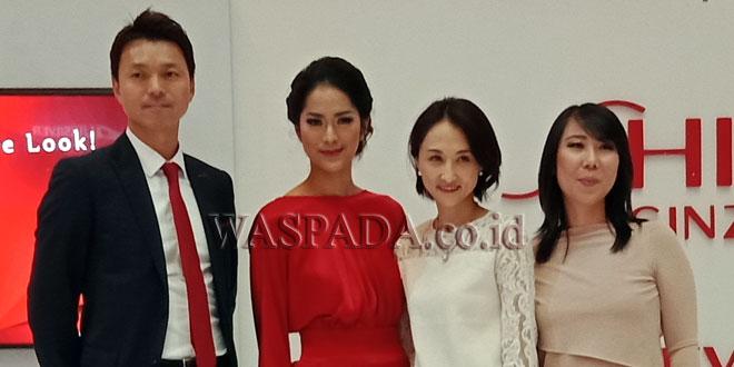 Artis ibukota, Prisia Nasution (dua kiri) diabadikan bersama Marketing Manager PT Shiseido Cosmetics Indonesia Mariana Tjahyana di Center Point, Jumat (9/2). (WOL Photo/Sastroy Bangun)