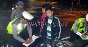 Petugas melakukan penilangan terhadap pengendara yang tidak membawa surat kenderaan dalam razia dan hunting. (WOL Photo/Gacok)