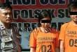 Petugas Reskrim Polsek Medan Sunggal mengintrogasi 2 tersangka. (WOL Photo/Gacok)